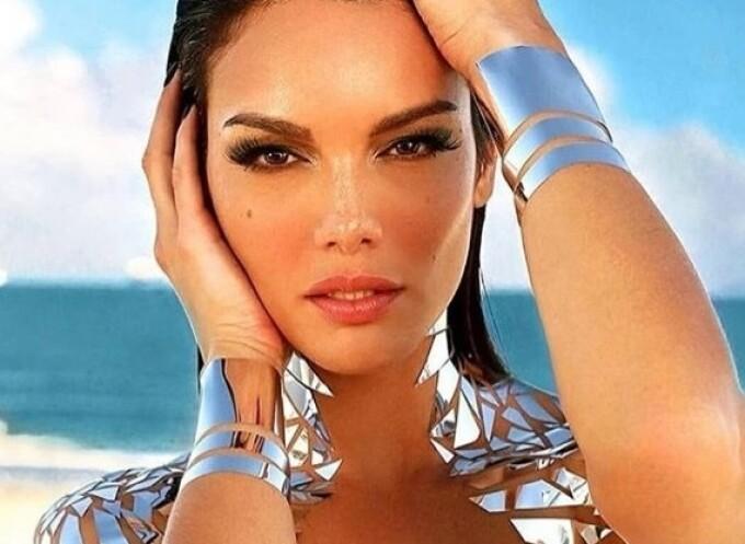 """Mai multe modele au apărut la un festival """"purtând"""" doar bandă adezivă. FOTO"""