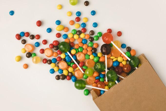 Descoperire șocantă într-o pungă cu bomboane
