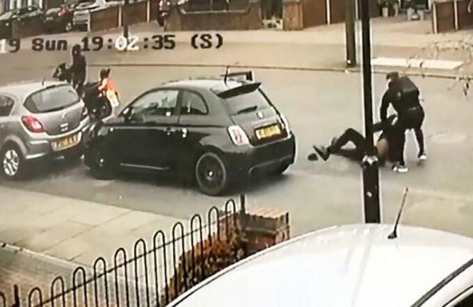 Hoț de mașini, înarmat, pus pe fugă de proprietarul mașinii