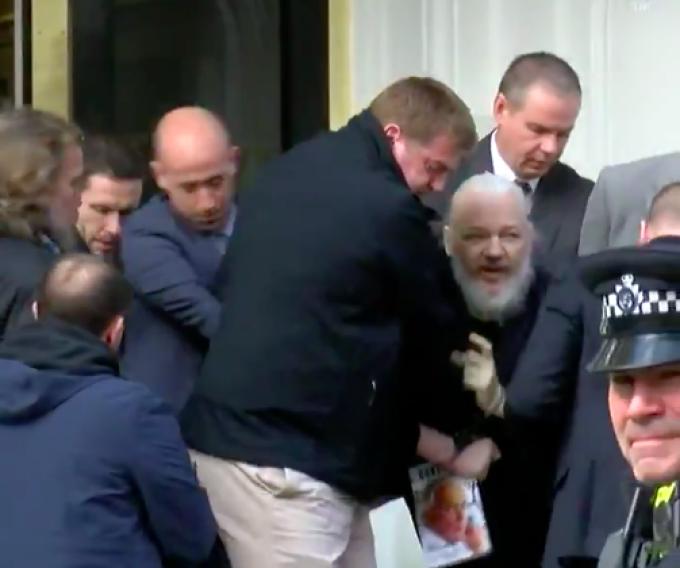 Julian Assange scos de politie din ambasada Ecuadorului