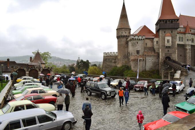 Mașini de epocă expuse în curtea Castelului Corvinilor din Hunedoara