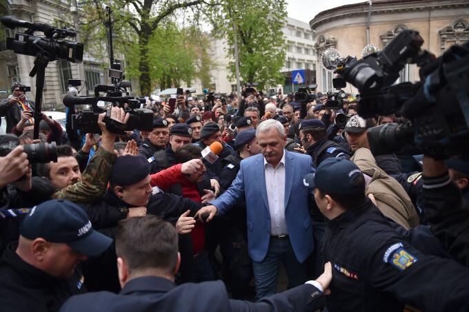 Liviu Dragnea, înconjurat de fani și protestatari la ÎCCJ