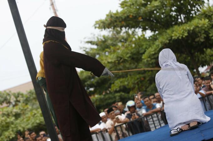 O femeie din Indonezia a fost biciuită în public în timp ce mulțimea asista încântată și făcea poze - 1