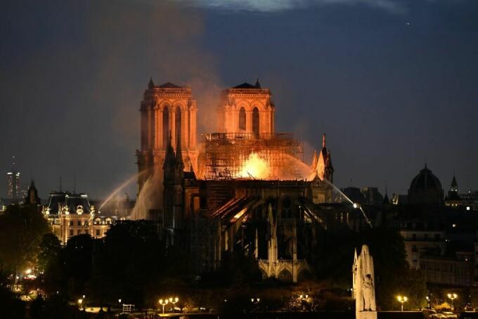 Incendiu devastator la catedrala Notre Dame din Paris. Locuitorii din zonă, evacuați. VIDEO - 2