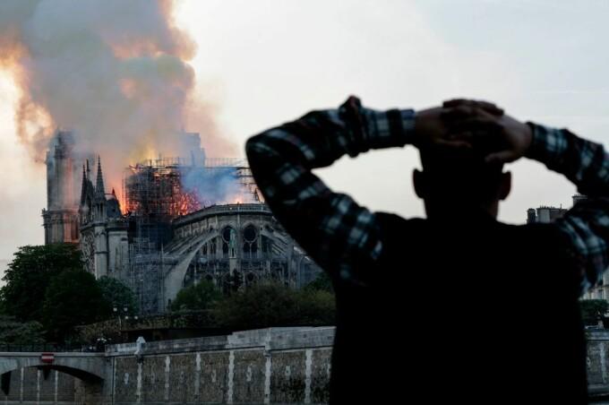 Momentul în care oamenii devastați de incendiul de la Notre Dame încep să cânte imnuri - 5