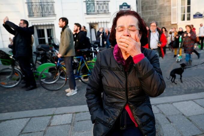Momentul în care oamenii devastați de incendiul de la Notre Dame încep să cânte imnuri - 9
