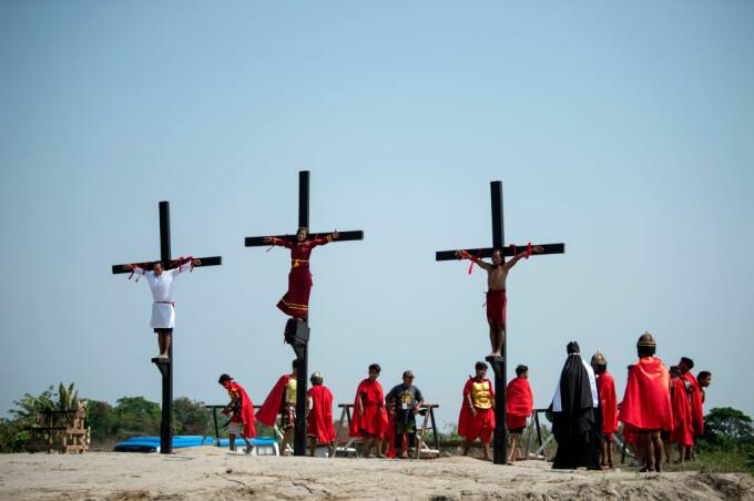 Credincioși catolici crucificați asemenea lui Isus. Ritualul condamnat de Biserică