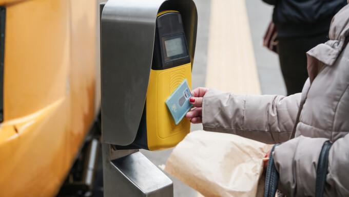 Oraşul în care biletele pentru mijloacele de transport se cumpără cu plastic