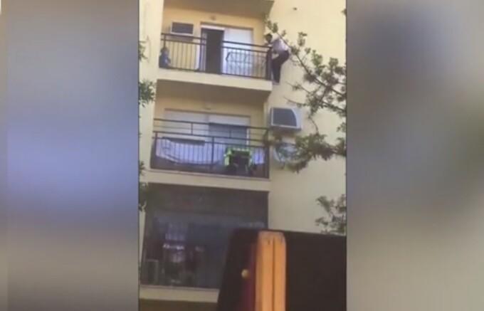 Momentul în care un imigrant escaladează un bloc pentru a salva viața unei femei