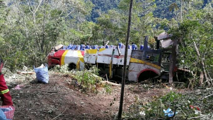 Zeci de morți, după ce un autocar s-a răsturnat într-o râpă