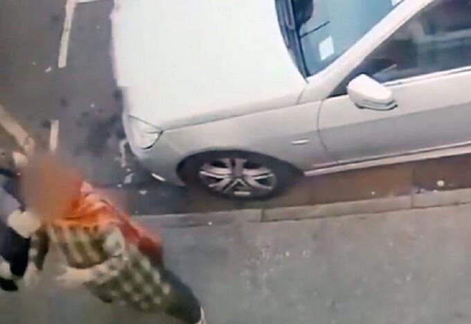Momentul în care o mamă e pusă la pământ cu o singură lovitură