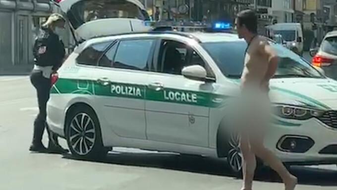 barbat dezbracat pe strada italia
