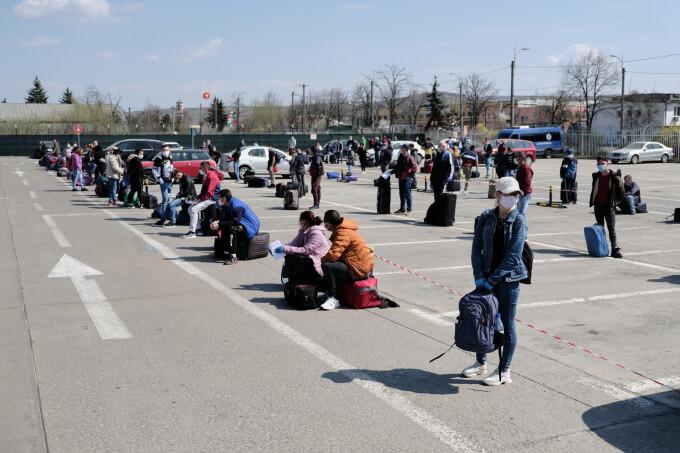 Românii pleacă în valuri la cules de sparanghel în Germania. Cum s-au organizat aeroporturile