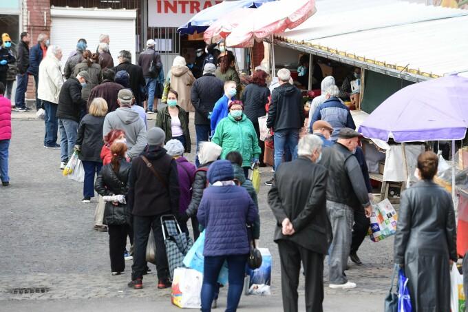 Aglomerație în Piața Obor, în ciuda restricțiilor impuse de autorități