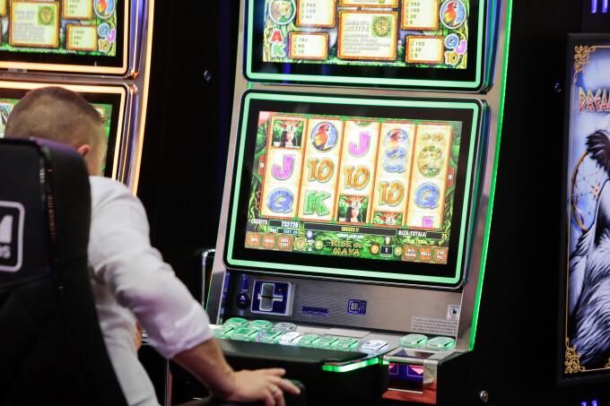 A pierdut la păcănele banii furați de la aceeași sală de jocuri