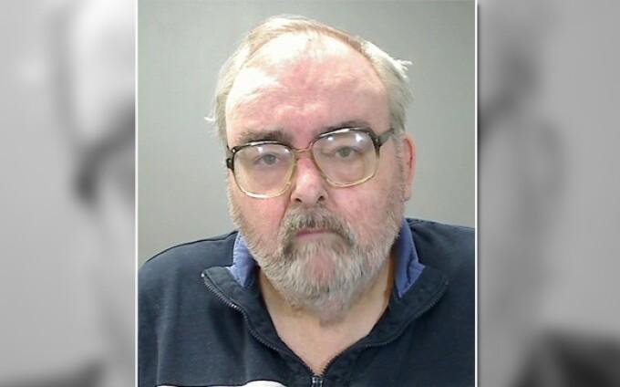 Un profesor pedofil, care a abuzat cinci elevi, a murit înecat cu micul dejun