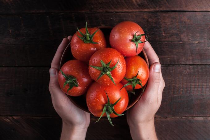 Bulgaria își sfătuiește cetățenii să mănânce roșii după vaccinarea cu AstraZeneca. Care este motivul