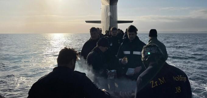 VIDEO. Distracție în largul mării. Echipajul unui submarin olandez a făcut grătar pe punte