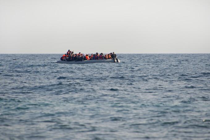 Barcă cu migranți