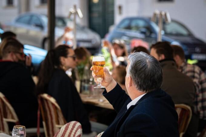 Ungaria s-a redeschis complet, dar numai pentru persoanele vaccinate. Viktor Orban s-a pozat cu o bere în mână la terasă