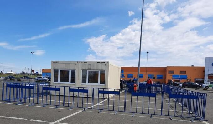 Un centru de vaccinare drive-through este amenajat în parcarea unui hypermarket din Arad