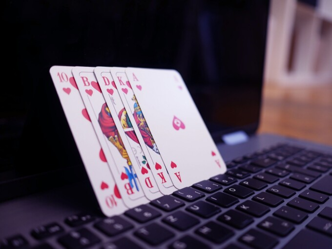 (P) Poker online în România
