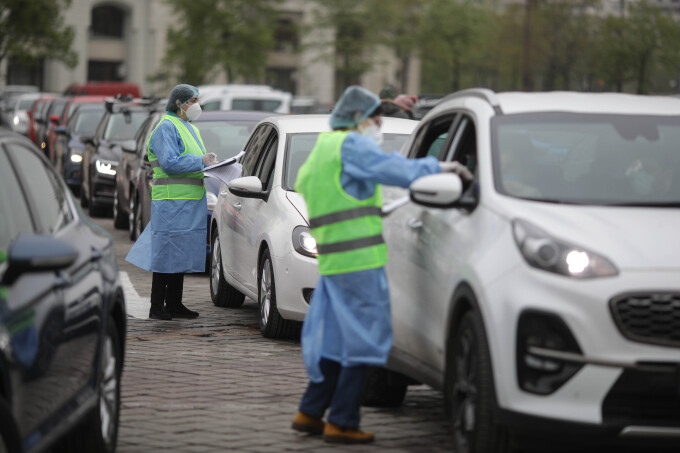 Preşedintele Iohannis vizitează joi primul centru de vaccinare drive-through din Bucureşti