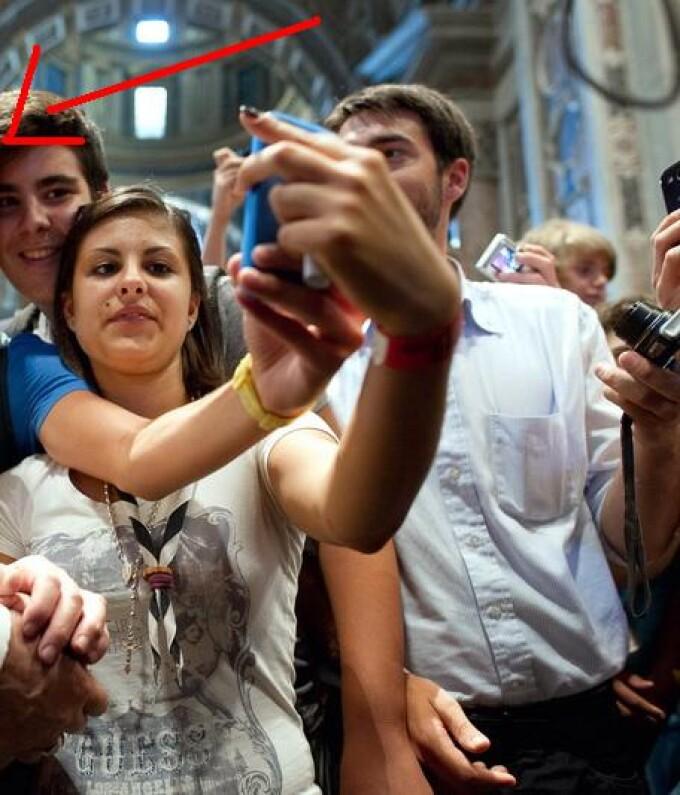 Papa Francisc face poza cu tinerii