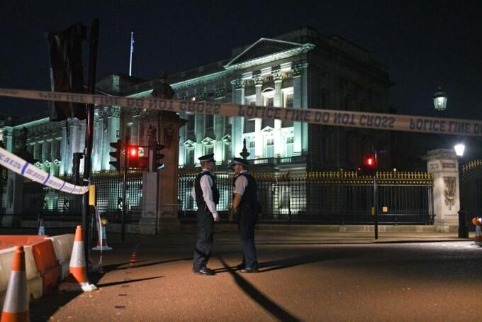 politisti la palatul Buckingham