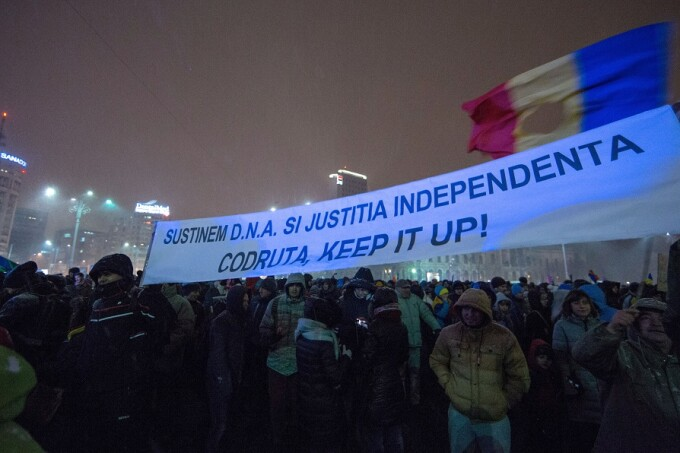 Persoane protesteaza impotriva deciziei lui Tudorel Toader privind revocarea sefului DNA, Codruta Koves