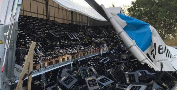 Mobilizare a voluntarilor, după ce 10.000 de sticle de bere au ajuns pe un drum