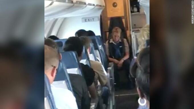 Ce a pățit o stewardesă, după ce s-a îmbătat în timpul zborului