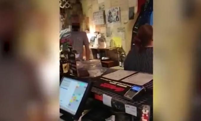 Un bărbat masiv a bătut clienții unui restaurant vegan și le-a golit farfuriile