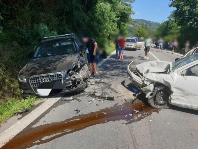 Accident cu 3 mașini și 5 victime la Brezoi