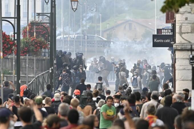 Ciocniri violente între poliție și protestatari, în zona summitului G7 - 3