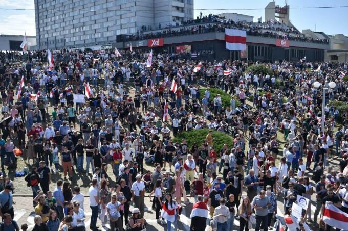 Mii de oameni au ieșit din nou în stradă la Minsk - 4