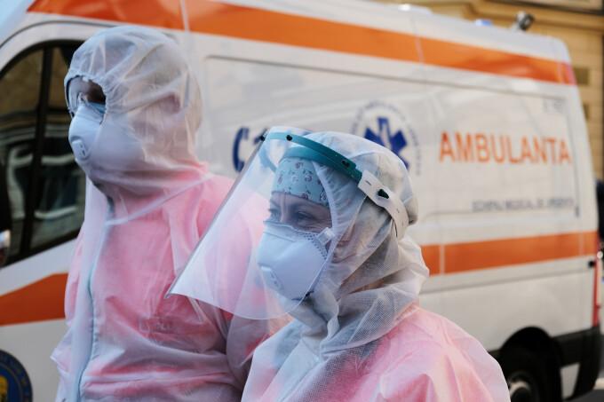 Ambulanțierii din Timișoara, înjurați după ce au pornit sirenele în memoria unei colege care a murit de Covid-19