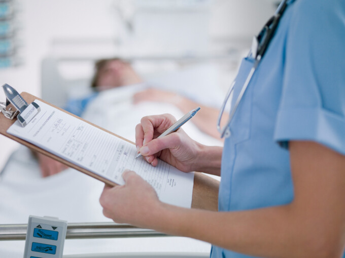 asistenta si pacient in spital