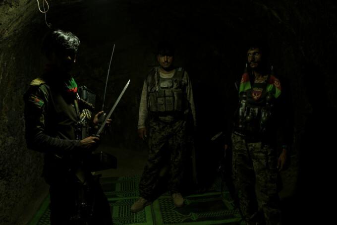 militari afgani în pesterile ISIS