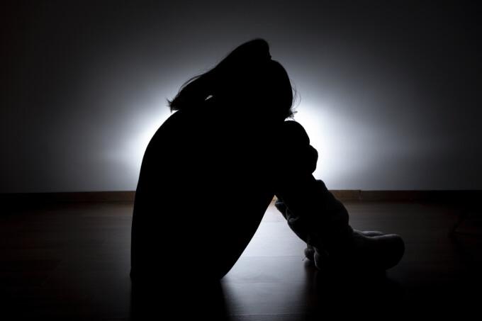 Tânăra incendiată în timp ce mergea să depună mărturie împotriva violatorului ei a murit