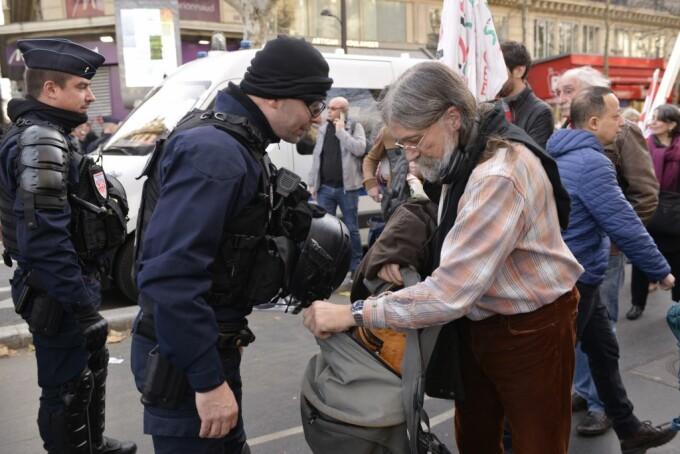 Un bărbat din Germania a returnat un rucsac în care se aflau 16.000 de euro, uitat sub un copac
