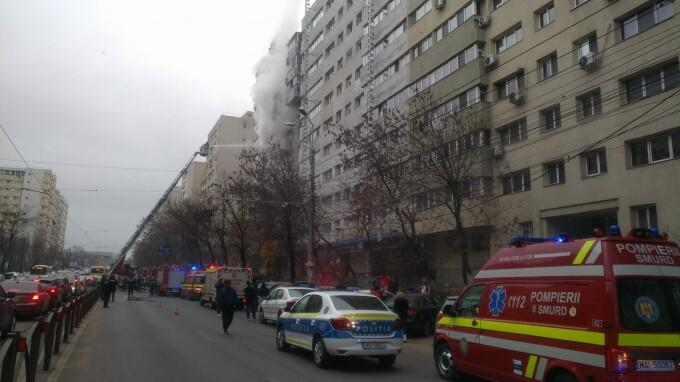 Incendiu într-un bloc de pe Şoseaua Colentina din București. Pompierii intervin la fața locului