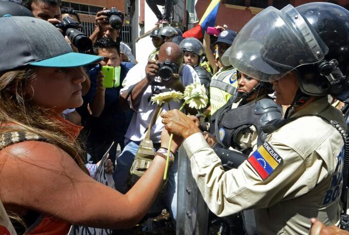 O floare oferita simbolic, fortelor de ordine, in Caracas