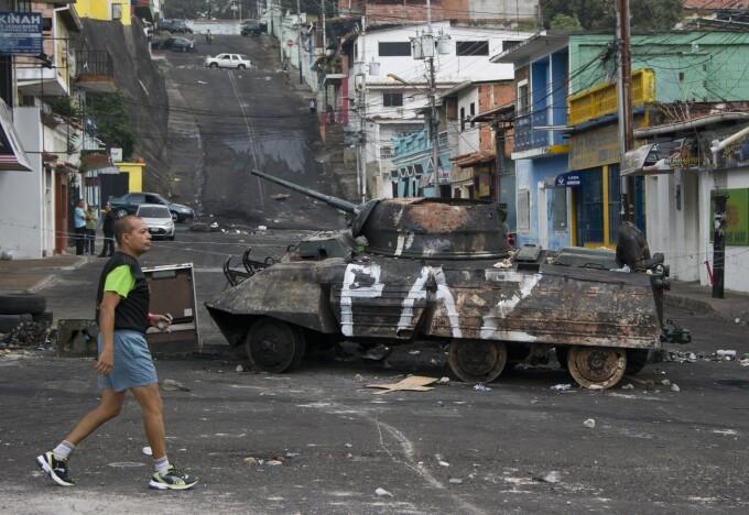 Un tanc, monument istoric, a fost incendiat in San Cristobal, epicentrul protestelor din Venezuela