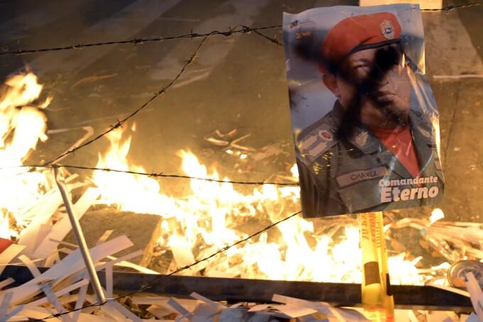 Fotografia lui Hugo Chavez, in timpul protestelor anti-guvernamentale
