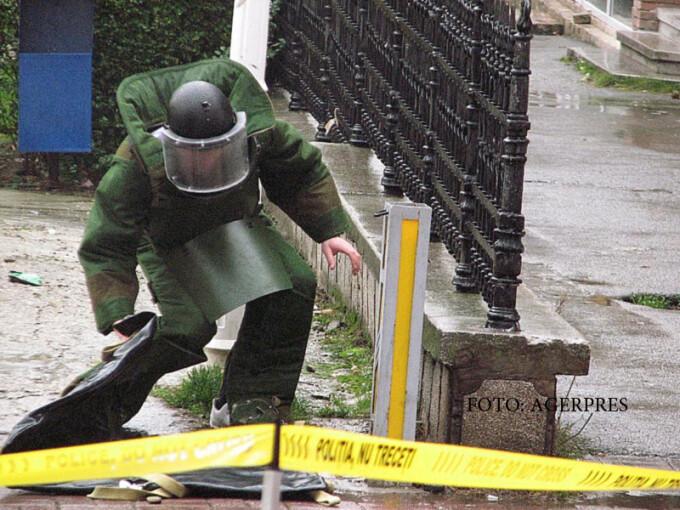 Un obiect suspect abandonat langa sediul unei banci din Deva a fost ridicat de pirotehnisti si transportat intr-un poligon special de la periferia municipiului