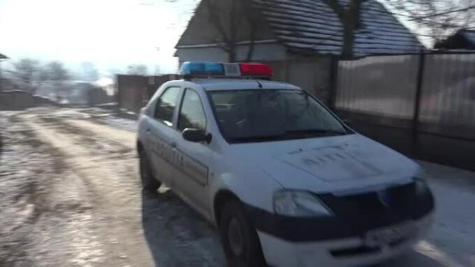 masina de politie pe ulita unui sat