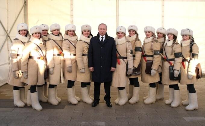 Vladimir Putin, înconjurat de femei îmbrăcate în uniformele Armatei Roșii