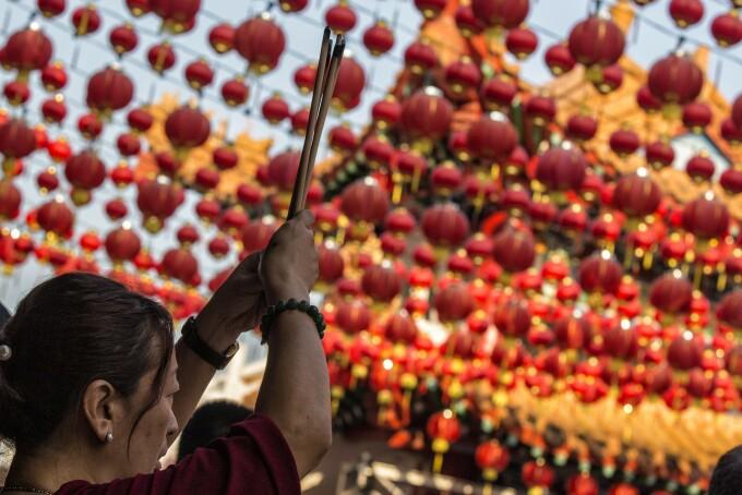 Festivități de anul nou chinezesc. Oamenii au adus un omagiu strămoșilor și zeităților, în temple