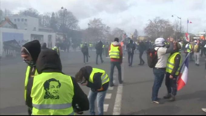 Lupte între poliţie şi Vestele Galbene, în Paris.